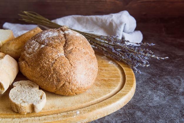 Vista frontal en rodajas de pan en la tabla de cortar