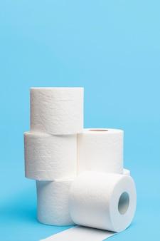 Vista frontal de rollos de papel higiénico apilados con espacio de copia