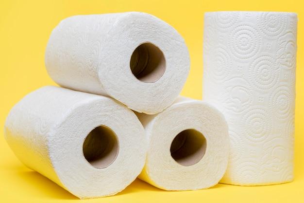 Vista frontal de rollos de papel higiénico apilados
