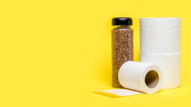 Vista frontal de rollos de papel higiénico con espacio de copia