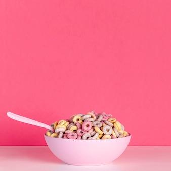 Vista frontal rosa tazón de cereales con copia espacio de fondo