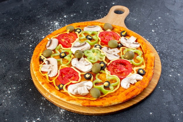 Vista frontal sabrosa pizza de champiñones con tomates rojos pimientos aceitunas y champiñones