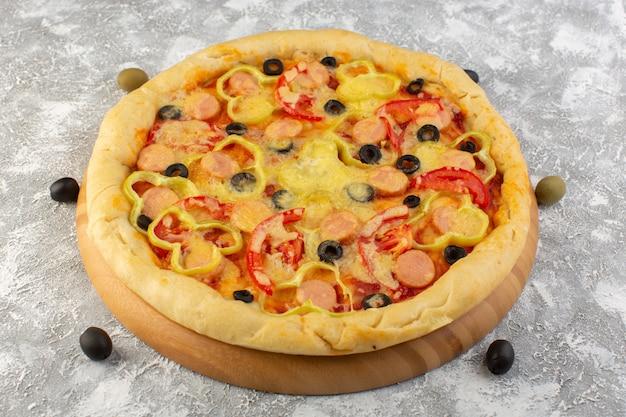 Vista frontal sabrosa pizza con queso con aceitunas, salchichas y tomates rojos en gris