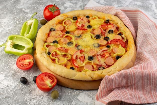 Vista frontal sabrosa pizza con queso con salchichas de aceitunas negras y tomates rojos en gris