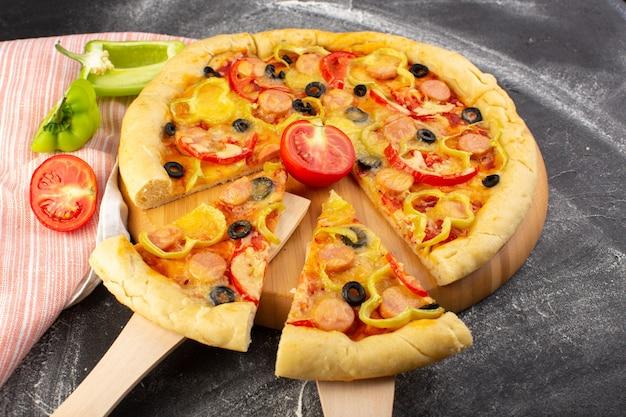 Vista frontal sabrosa pizza con queso con tomates rojos, aceitunas negras, pimientos y salchichas en gris