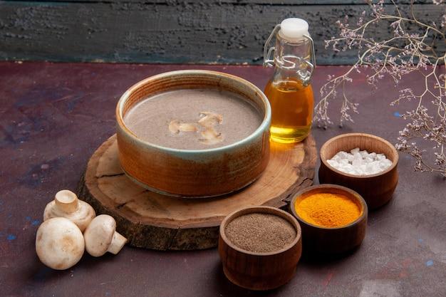 Vista frontal sabrosa sopa de champiñones con diferentes condimentos en el espacio oscuro