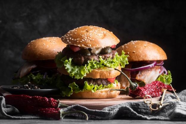 Vista frontal sabroso menú de hamburguesas