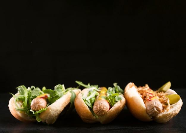Vista frontal del sabroso perrito caliente de comida rápida