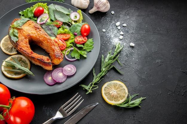 Vista frontal sabroso pescado cocido con verduras frescas sobre fondo oscuro foto comida de mariscos plato color carne