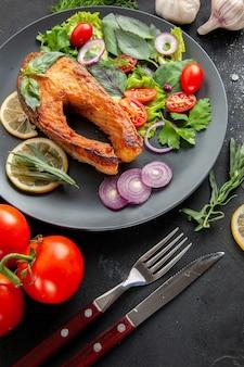 Vista frontal sabroso pescado cocido con verduras frescas sobre fondo oscuro plato de comida de marisco color carne