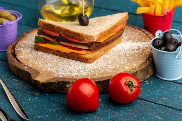 Vista frontal sabroso sándwich de pan tostado con jamón de queso dentro con aceitunas papas fritas aceite de tomates en azul