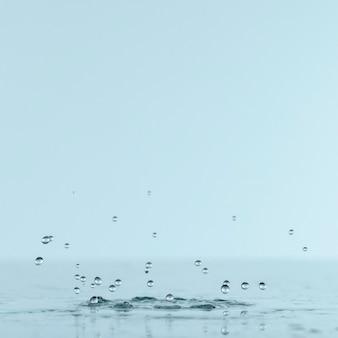 Vista frontal de salpicaduras de agua con espacio de copia