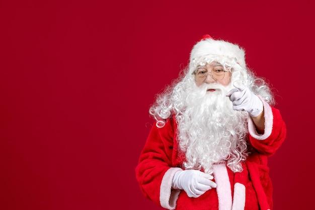 Vista frontal de santa claus con el clásico oso blanco y ropa roja apuntando a la emoción de vacaciones de año nuevo de navidad roja