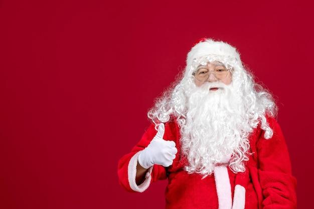 Vista frontal de santa claus con el clásico oso blanco y ropa roja en la emoción de vacaciones de año nuevo de navidad roja