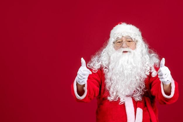 Vista frontal de santa claus con oso blanco clásico y ropa roja en navidad roja