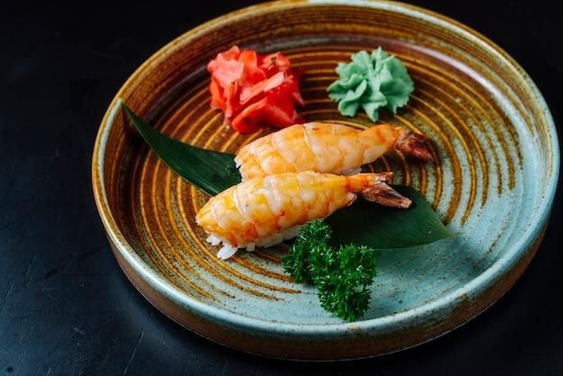 Vista frontal sashimi sushi con camarones con wasabi y jengibre en un plato