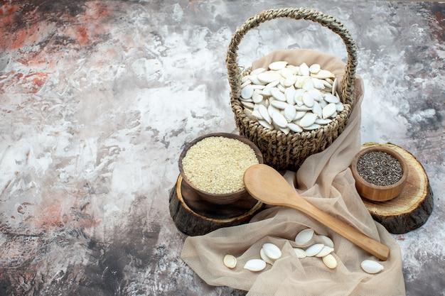 Vista frontal de semillas blancas con arroz crudo sobre fondo blanco foto de nuez cips de maní cocina de planta