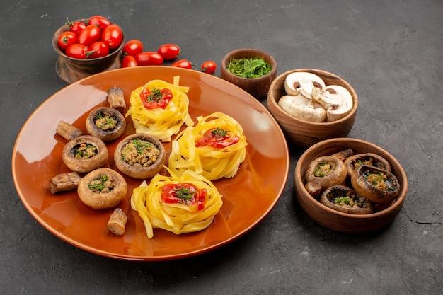 Vista frontal de setas cocidas con pasta de masa en la cena de comida de mesa oscura