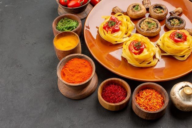 Vista frontal de setas fritas con condimentos en la comida de la cena de comida de mesa oscura
