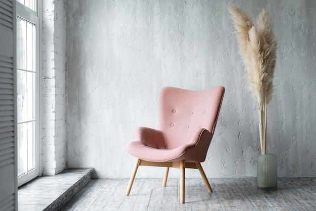 Vista frontal de la silla en la habitación con decoración vegetal