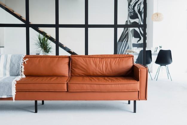 Vista frontal del sofá grande de cuero marrón