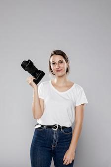 Vista frontal de la sonriente mujer fotógrafa con espacio de copia