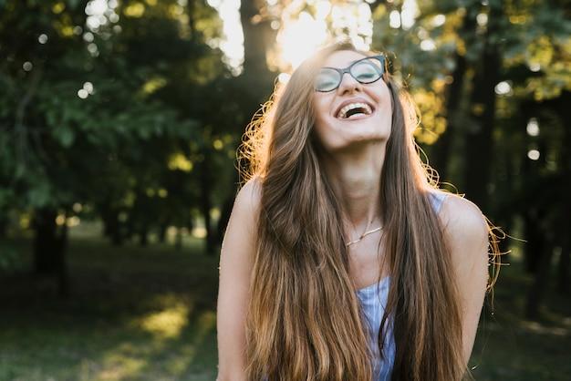 Vista frontal sonriente mujer con gafas
