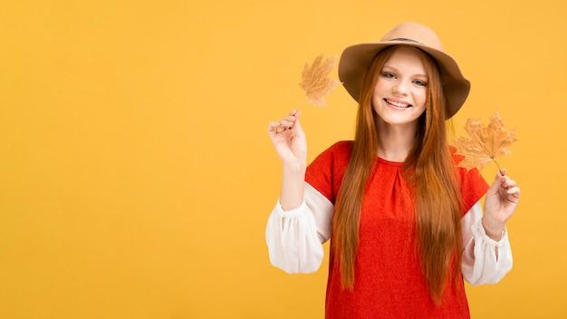 Vista frontal sonriente mujer con hojas