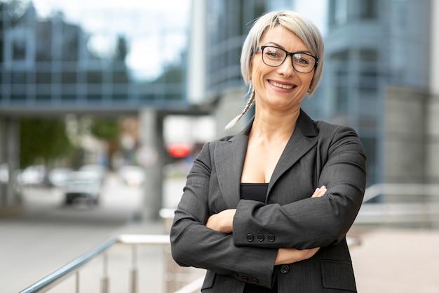 Vista frontal sonriente mujer de negocios