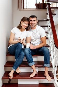 Vista frontal sonriente pareja mirando al fotógrafo