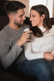 Vista frontal sonriente pareja mirándose