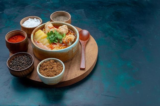 Vista frontal de la sopa de pollo junto con los condimentos en el fondo azul oscuro sopa carne comida cena