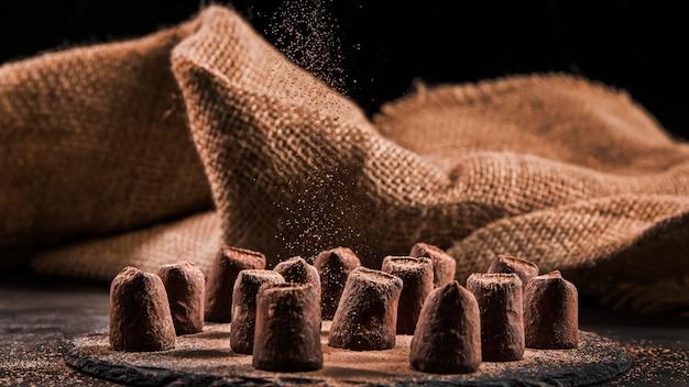 Vista frontal surtido de chocolate dulce en tablero oscuro