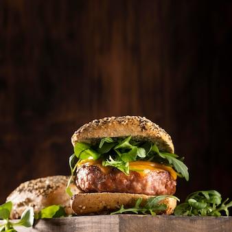 Vista frontal del surtido delicioso menú de hamburguesas