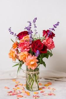 Vista frontal surtido de rosas en un jarrón