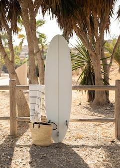 Vista frontal de la tabla de surf en la playa