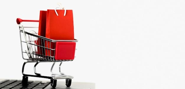 Vista frontal de la tarjeta de compras con bolsas y espacio de copia para el cyber monday