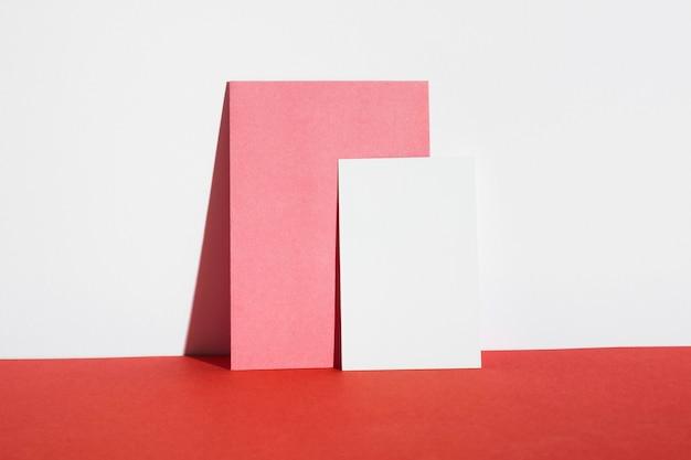 Vista frontal tarjetas vacías en mesa roja