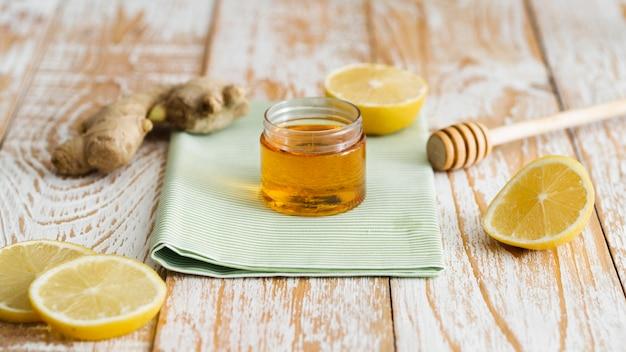 Vista frontal del tarro de miel de vidrio