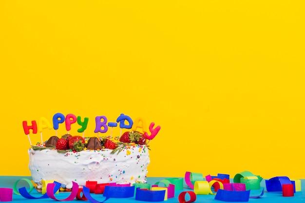 Vista frontal tarta cumpleaños con topper