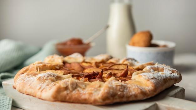 Vista frontal de tarta de manzana casera