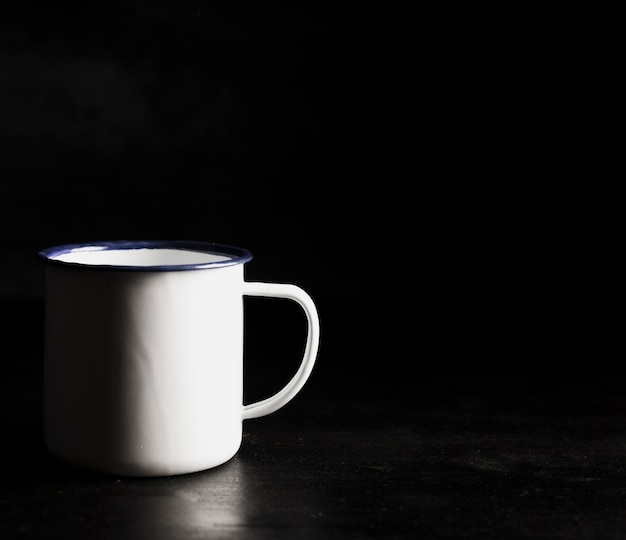 Vista frontal taza blanca y espacio de copia