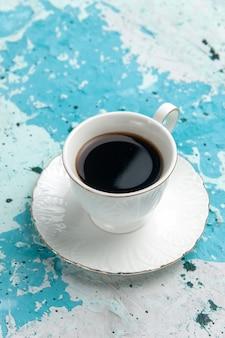 Vista frontal de la taza de café bebida caliente y fuerte en la superficie azul claro beber café cacao dormir color