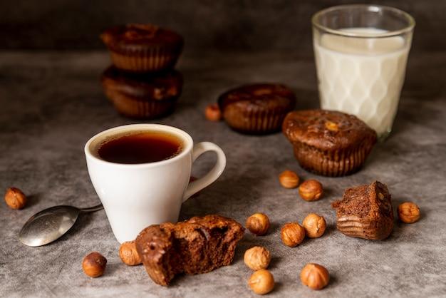Vista frontal taza de café con magdalenas