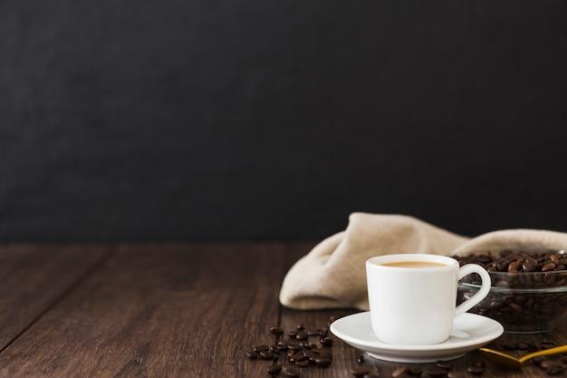 Vista frontal de la taza de café con tela y espacio de copia