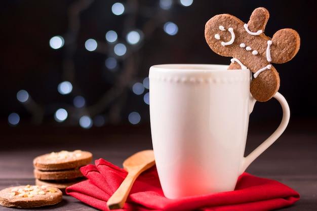 Vista frontal de la taza con pan de jengibre y galletas