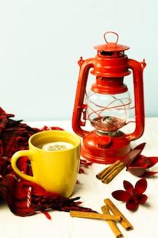 Vista frontal taza de té con lámpara