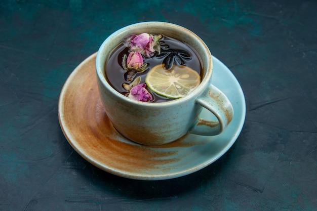 Vista frontal de la taza de té con limón y flor