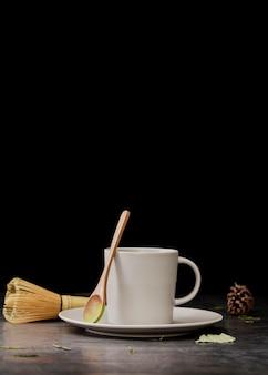 Vista frontal de la taza de té matcha con espacio de copia