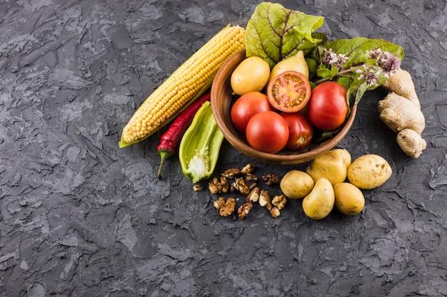 Vista frontal del tazón de verduras frescas